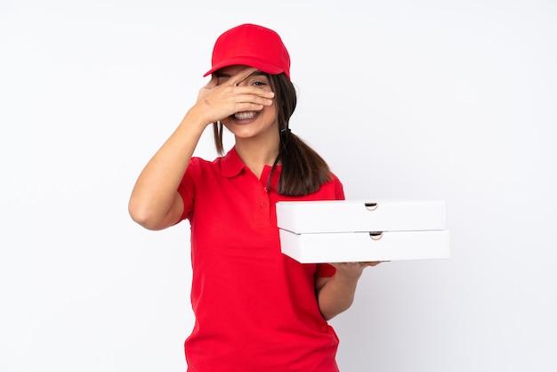 手と笑顔で孤立した白い円錐形の目の上の若いピザ配達女性