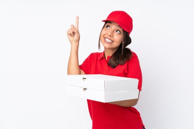 人差し指で指している孤立した白い上の若いピザ配達女性素晴らしいアイデア