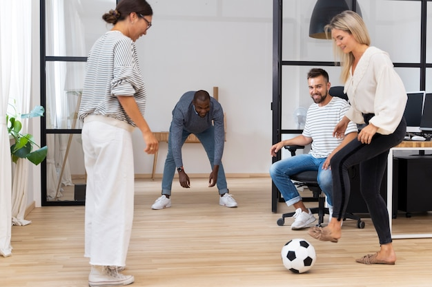 사무실에서 공을 가지고 노는 젊은 사람들