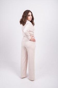 Молодая пухленькая девушка в удобном облегающем костюме позирует перед камерой в студии. позитивная концепция тела.