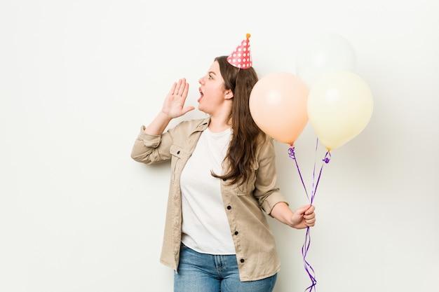 Молодая фигуристая женщина больших размеров празднует день рождения