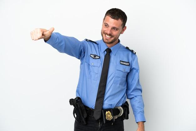 Молодой полицейский бразильский мужчина изолирован на белом фоне, показывая жест