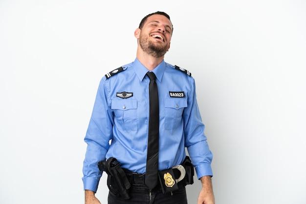 Молодой полицейский бразильский человек, изолированные на белом фоне смеясь
