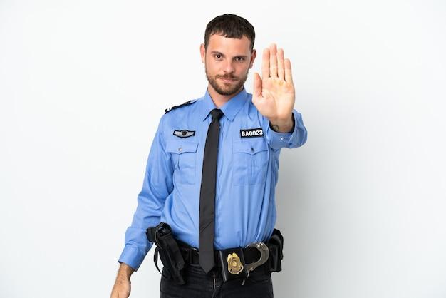 중지 제스처를 만드는 흰색 배경에 고립 된 젊은 경찰 브라질 남자