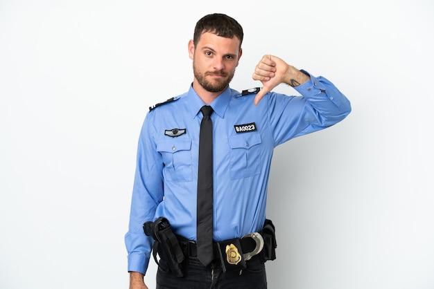 젊은 경찰 브라질 남자 부정적인 표정으로 아래로 엄지손가락을 보여주는 흰색 배경에 고립
