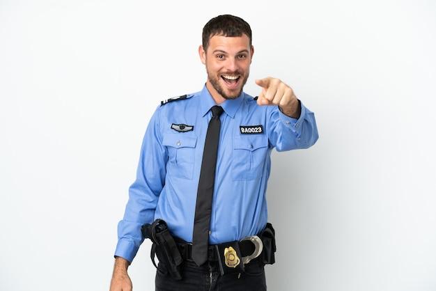 Молодой полицейский бразильский мужчина, изолированные на белом фоне удивлен и указывая вперед