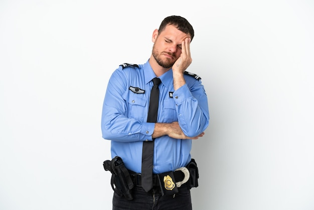 Молодой полицейский бразильский мужчина изолирован на белом фоне с головной болью