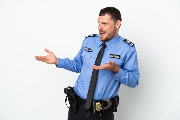 Молодой полицейский бразильский мужчина изолирован на белом фоне с удивленным выражением лица, глядя в сторону