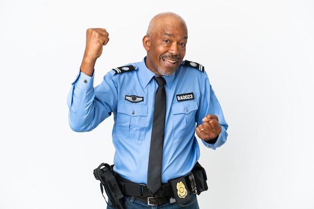 勝利を祝って白い背景で隔離の若い警官