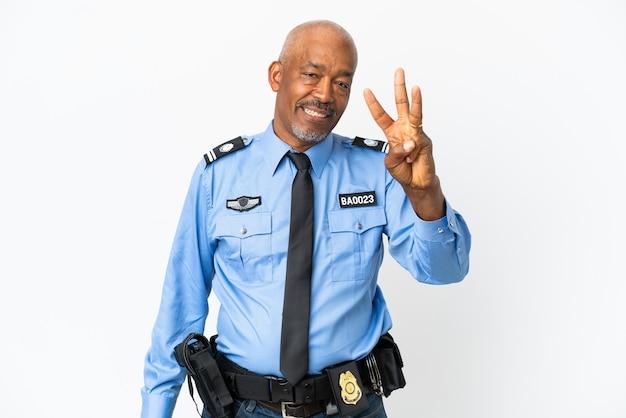 Молодой полицейский человек изолирован на белом фоне счастлив и считает три пальцами