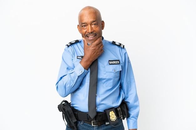 Молодой полицейский человек, изолированные на белом фоне, счастлив и улыбается