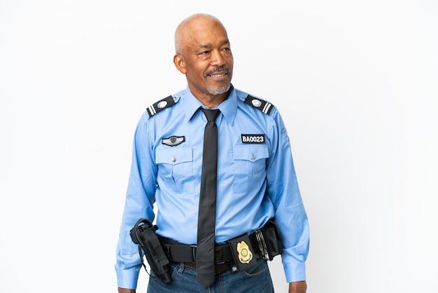 Молодой полицейский человек, изолированные на белом фоне, глядя сторону