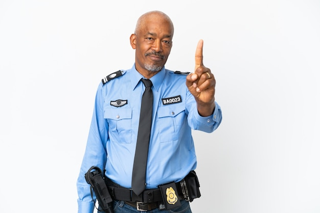 Молодой полицейский, изолированные на белом фоне, показывает и поднимает палец