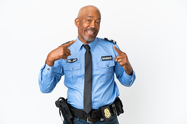 親指を立てるジェスチャーを与える白い壁に孤立した若い警察官