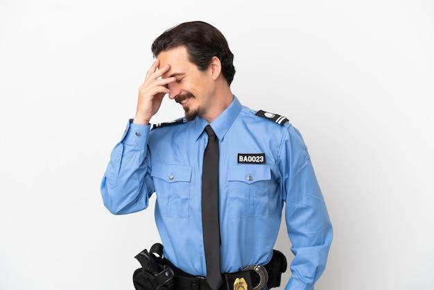 孤立した背景の白い笑いの上の若い警官