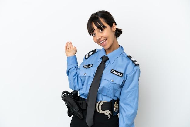 Молодая женщина-полицейский смешанной расы изолировала фон, протягивая руки в сторону для приглашения приехать