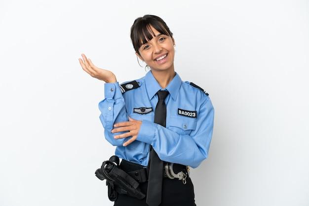 若い警察の混血の女性は、来るように招待するために手を横に伸ばして背景を分離しました