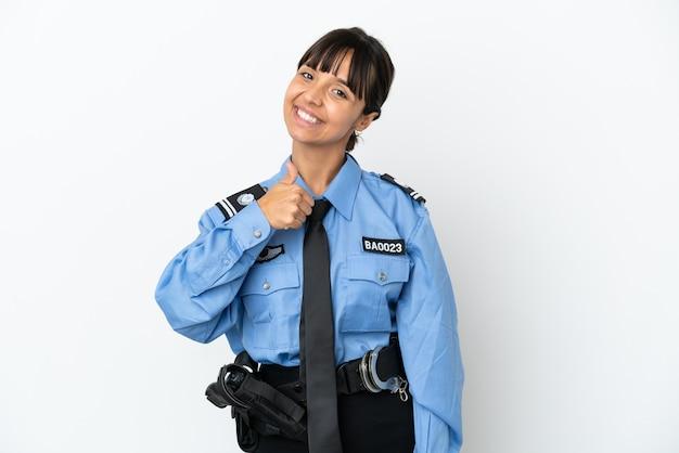 Молодой полицейский смешанной расы женщина изолировала фон, показывая палец вверх жест