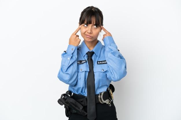 Молодая женщина-полицейский смешанной расы изолировала фон с сомнениями и мышлением