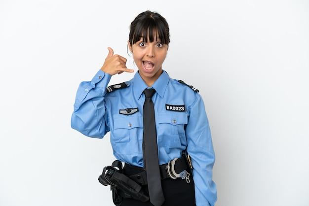 Молодая полиция смешанной расы женщина изолировала фон, делая телефонный жест. перезвони мне знак