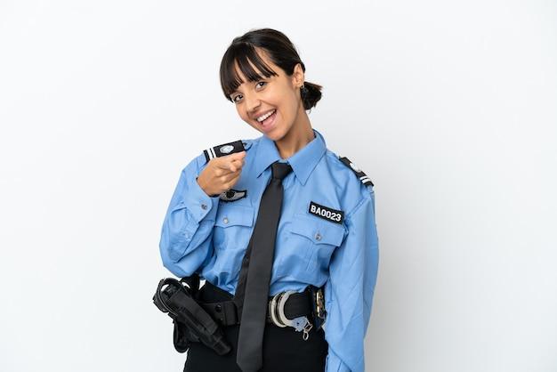 Молодая полиция смешанной расы женщина изолировала фон, указывая фронт с счастливым выражением лица