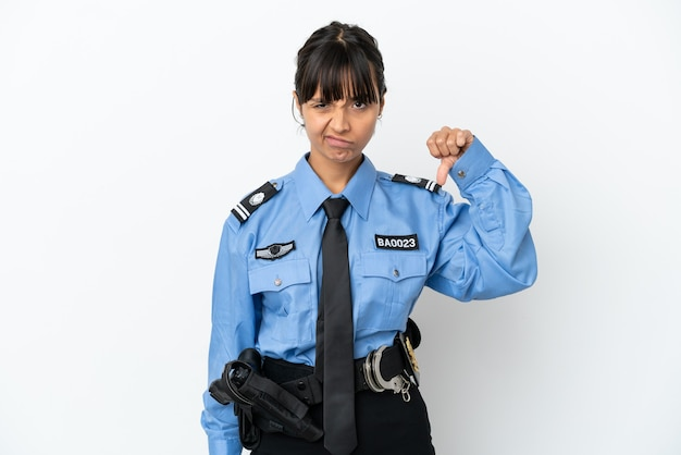 若い警察の混血の女性は、否定的な表現で親指を下に示す背景を分離しました