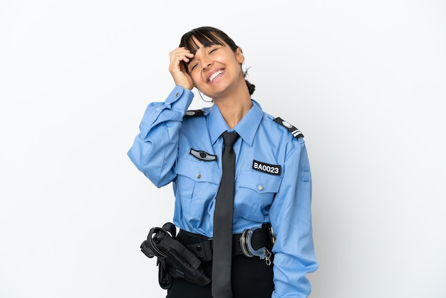 若い警察の混血の女性は、多くの笑顔の背景を分離しました