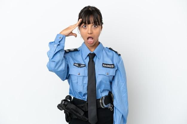 Молодая женщина-полицейский смешанной расы изолировала фон с выражением удивления