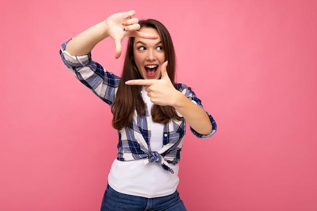 힙스터 체크를 입고 진지한 감정을 가진 젊은 긍정적인 유쾌한 행복한 아름다운 갈색 머리 여성