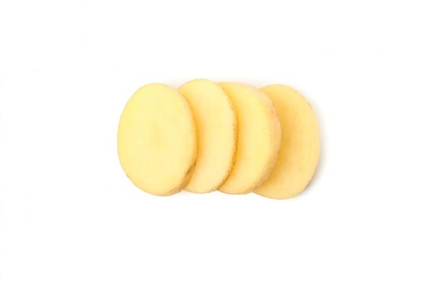 Молодые ломтики картофеля, изолированные на белой поверхности