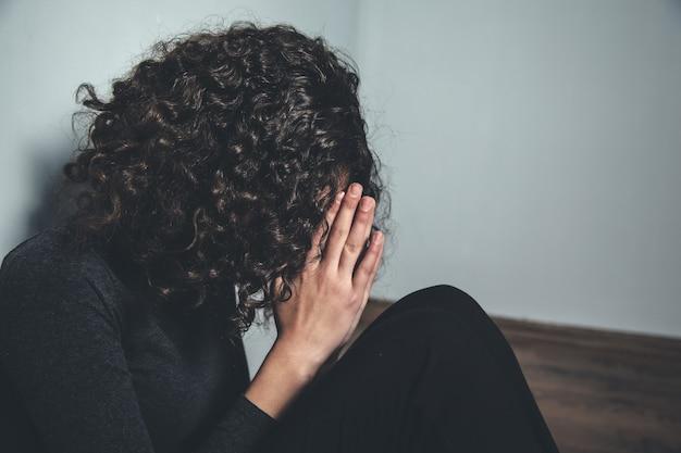 Молодая молитвенная женщина