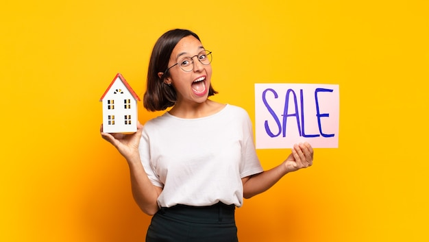 販売コンセプトの若いプレ女性の家