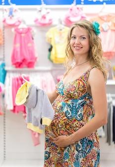 ベビーショップで若い妊婦