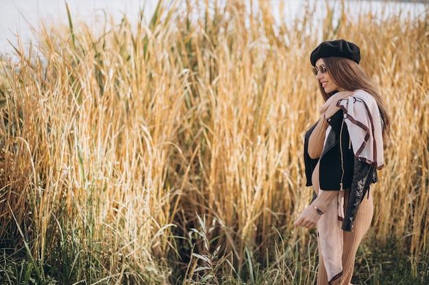 자연 속에서 걷는 젊은 임산부