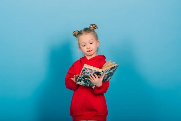 青で隔離された本を読みながら幼稚園児が学ぶ