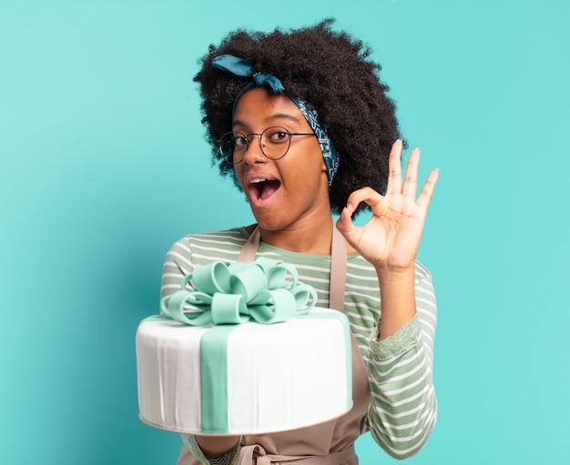 Молодая красивая афро-пекарь с праздничным тортом