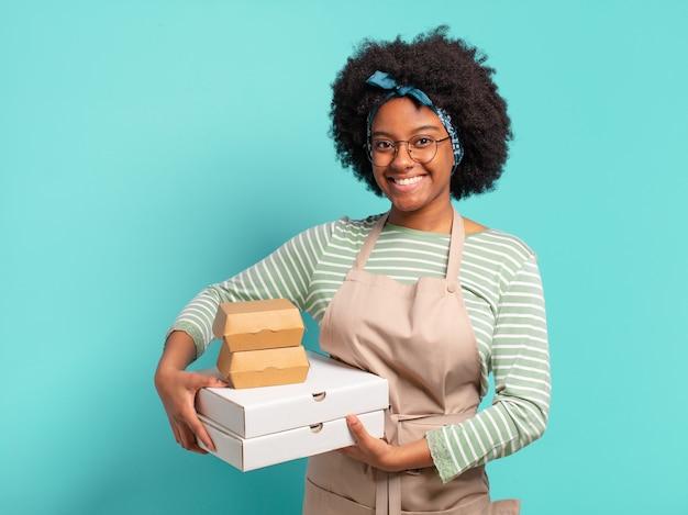 若いかなりアフロは、ピザとハンバーガーの箱を持ち帰りで女性を配達します