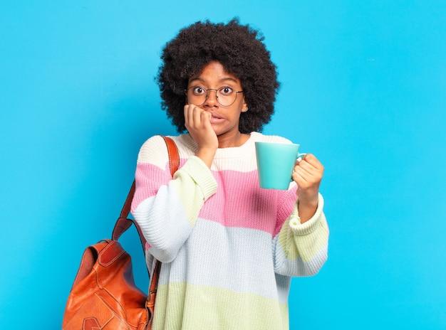 커피 한잔과 함께 젊은 예쁜 아프리카 학생 여자