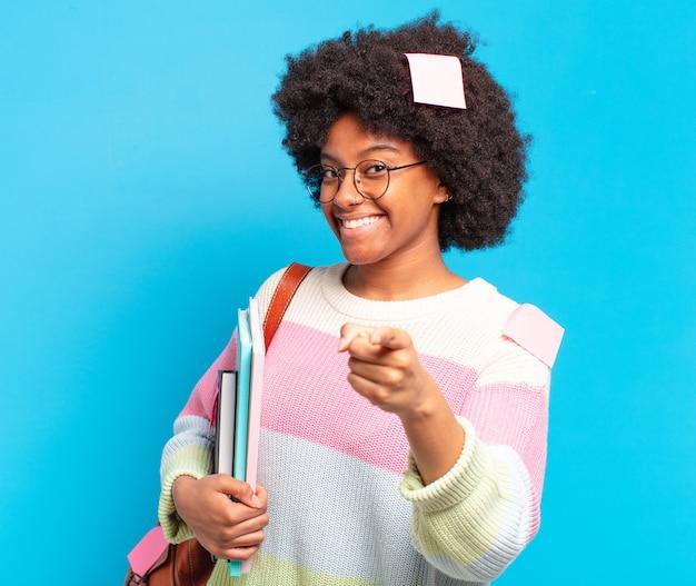 若いかなりアフロの学生女性