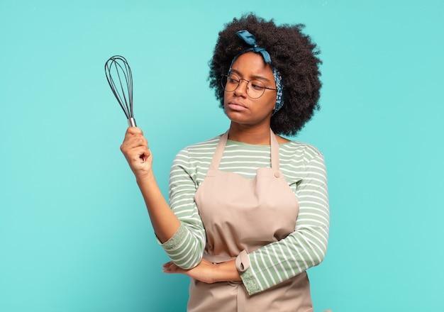 믹서와 젊은 예쁜 아프리카 여자 요리사