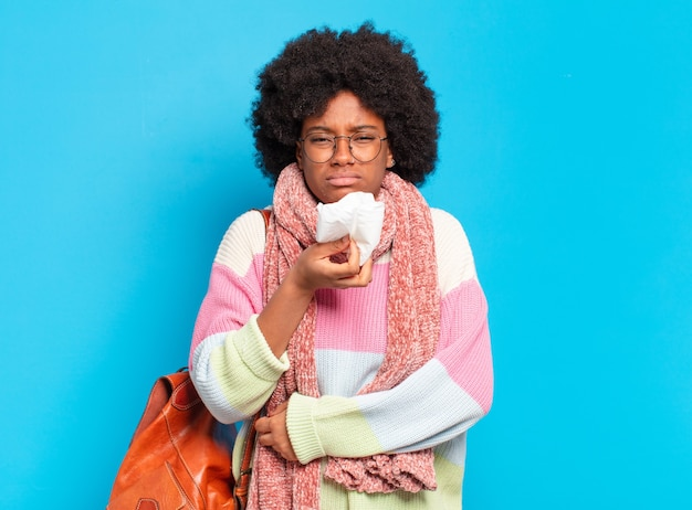若いかなりアフロ女性インフルエンザまたは病気の概念 Premium写真