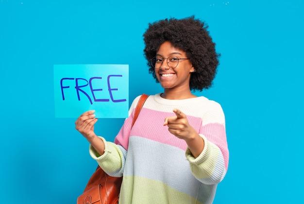 무료 개념 배너를 들고 젊은 예쁜 아프리카 여자