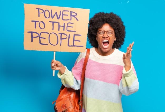 Молодая красивая афро женщина протестует с властью на знамя народа