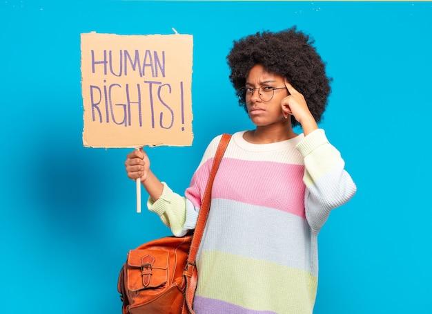 인권 배너로 항의하는 젊은 예쁜 아프리카 여성