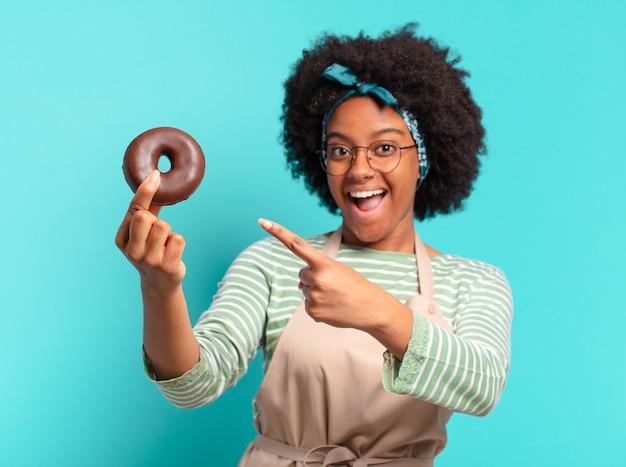 도넛과 젊은 예쁜 아프리카 여자