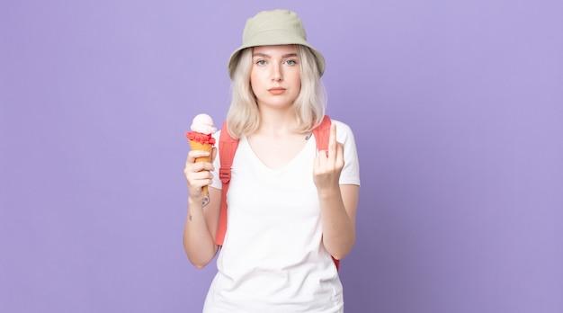 Молодая красивая женщина-альбинос чувствует себя сердитой, раздраженной, мятежной и агрессивной. летняя концепция