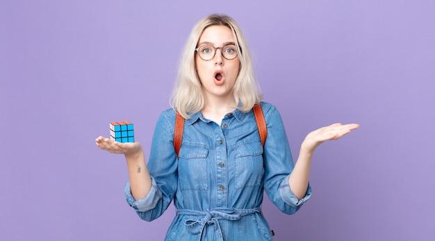 Молодая красивая женщина-альбинос чувствует себя чрезвычайно шокированной и удивленной и решает интеллектуальную игру