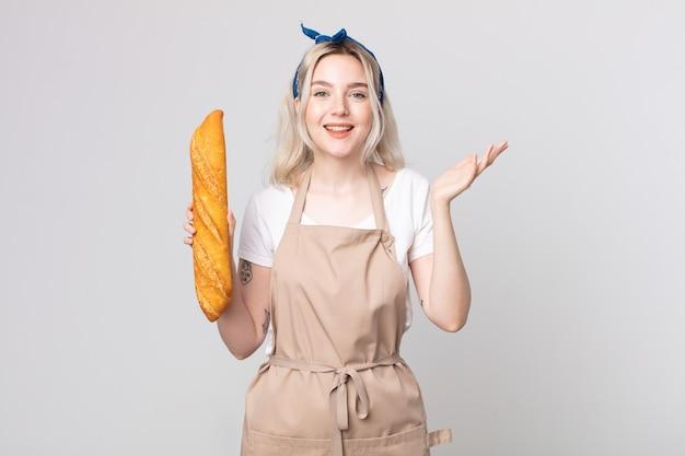 幸せを感じて、パンのバゲットで解決策やアイデアを実現して驚いた若いかなりアルビノの女性
