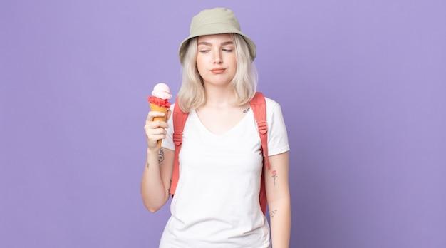 젊고 예쁜 알비노 여성은 슬프고, 화가 나고, 화가 나서 옆을 바라보고 있습니다.여름 개념