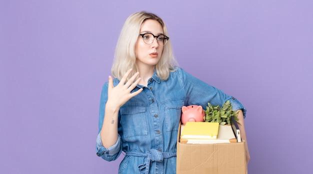 Молодая красивая женщина-альбинос чувствует себя подчеркнутой, взволнованной, усталой и разочарованной. концепция увольнения